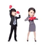 Geschäftsmann- und Frauengewinn werfen mit Boxhandschuhen auf Stockfotografie