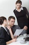 Geschäftsmann- und Geschäftsfrauarbeiten Lizenzfreie Stockfotos