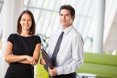 Geschäftsmann und Geschäftsfrauen, die Sitzung im Büro haben Stockfotografie