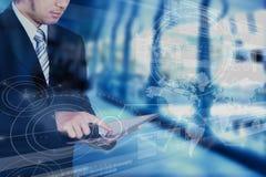 Geschäftsmann unter Verwendung der Tablette mit Technologieschichteffekt, Geschäft Stockfotografie