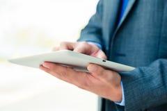 Geschäftsmann unter Verwendung des Tablet-Computers Stockfoto
