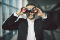 Geschäftsmann-Using Binoculars In-Büro Lizenzfreies Stockfoto