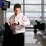 Geschäftsmann wartet auf den Flughafen Stockfoto