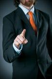Geschäftsmann Wearing Black Suit, das auf Kamera zeigt Lizenzfreie Stockfotografie