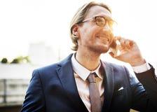 Geschäftsmann-Working Connecting Smart-Telefon-Konzept Lizenzfreie Stockfotografie