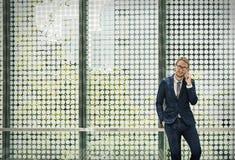 Geschäftsmann-Working Connecting Smart-Telefon-Konzept Lizenzfreie Stockfotos