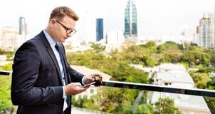 Geschäftsmann-Working Connecting Smart-Telefon-Konzept Stockfotografie