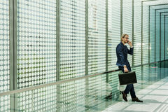 Geschäftsmann-Working Connecting Smart-Telefon-Konzept Stockfotos