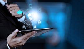 Geschäftsmann zeigt moderne Technologie Stockfoto
