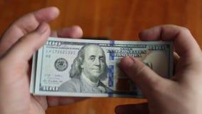 Geschäftsmann zählt Dollar stock video