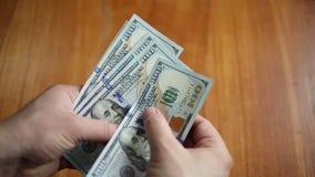 Geschäftsmann zählt Geld stock footage