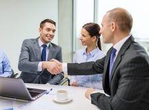 Geschäftsmann zwei, der Hände im Büro rüttelt Lizenzfreies Stockfoto