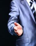Geschäftsmannangebothändedruck zu seinem Partner Stockfotos