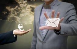 GeschäftsmannBörsennachrichten mit Eurogeld Stockfotos