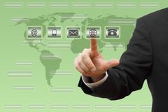 Geschäftsmanndrücken virtuell (Post, Telefon, E-Mail, ww W) Knöpfe Kundenbetreuungskonzept Stockbild