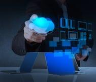 Geschäftsmannhand, die an modernem Technologie- und Wolkennetz arbeitet Lizenzfreies Stockfoto
