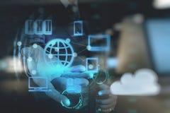 Geschäftsmannhand zeigt Wolkennetz Stockfoto