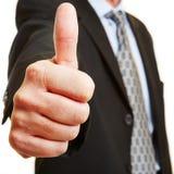 Geschäftsmannholdingdaumen oben Lizenzfreie Stockbilder