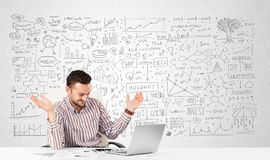 Geschäftsmannplanung und Berechnung mit verschiedenen Geschäftsideen Lizenzfreies Stockbild