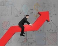 Geschäftsmannreiten auf rotem Pfeil mit Geschäft kritzelt Hintergrund Stockbild