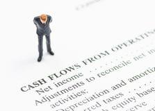 Geschäftsmannstand auf Finanzberichten Lizenzfreie Stockfotos