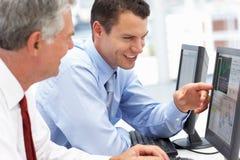 Geschäftsmänner, die an Computern arbeiten Lizenzfreies Stockfoto