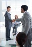 Geschäftsmänner, die an einem Vorstellungsgespräch sich grüßen Stockfoto