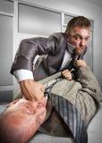 Geschäftsmänner, die für das Vereinbarungskennzeichnen kämpfen Lizenzfreie Stockfotografie