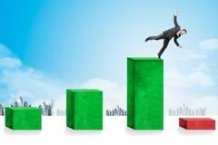 Geschäftsmänner, die unten in Richtung zur Wirtschaftskrise fallen Lizenzfreie Stockbilder
