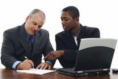 Geschäftsmänner, die Verträge unterzeichnen Stockbilder