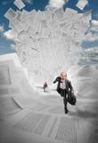 Geschäftsmänner, die weg von Welle der Dokumente laufen Stockbilder