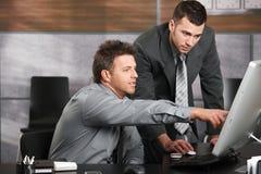 Geschäftsmänner, die zusammenarbeiten Lizenzfreie Stockfotografie