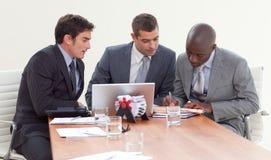 Geschäftsmänner in einer Sitzung, die zusammenarbeitet Lizenzfreie Stockbilder