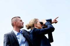 Geschäftspaare, die den Himmel betrachten Stockfoto