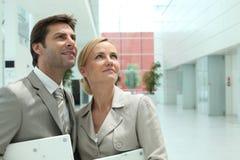 Geschäftspaare, die oben schauen Lizenzfreies Stockfoto
