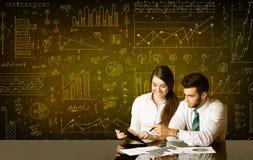 Geschäftspaare mit Diagrammhintergrund Stockbild