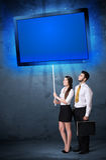 Geschäftspaare mit glänzender Tablette Stockbilder