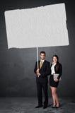 Geschäftspaare mit leerem Broschürenpapier Stockbilder