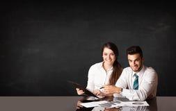 Geschäftspaare mit schwarzem Hintergrund Lizenzfreie Stockbilder