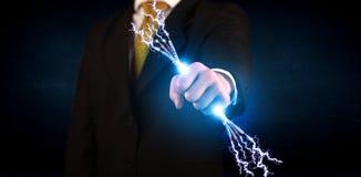 Geschäftsperson, die elektrische angetriebene Drähte hält Stockfoto