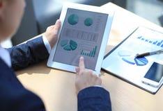 Geschäftsperson, die Finanzstatistik analysiert Stockfotos