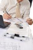 Geschäftspersonenhände, die mit Dokument arbeiten Lizenzfreie Stockbilder