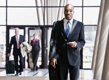 Geschäftsreisend-Holdingaktenkoffer, Paß Lizenzfreie Stockbilder