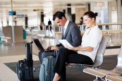 Geschäftsreisende am Flughafen Stockfotografie