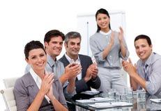Geschäftsteam, das nach einer Darstellung applaudiert Stockfotos
