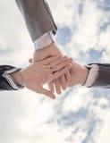 Geschäftsteam, das zusammen Einheit mit den Händen zeigt Stockbild