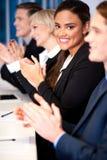 Geschäftsteam von vier applaudierend Lizenzfreie Stockbilder