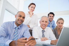 Geschäftsteam während der Sitzung lächelnd an der Kamera Lizenzfreies Stockfoto