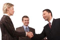 Geschäftstreffen - Mann- und Frauenhändedruck Stockfoto