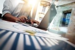 Geschäftsunterlagen auf Bürotisch mit intelligentem Telefon Lizenzfreies Stockbild